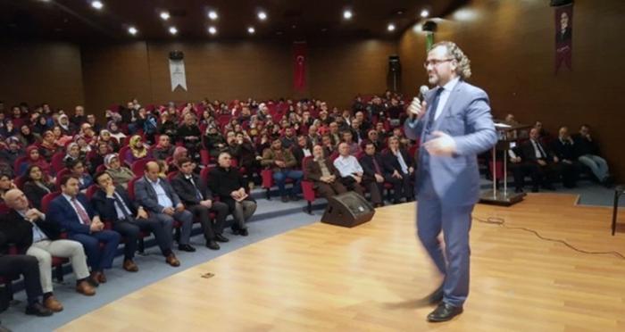 """Ensar Vakfı Borçka Şubesi'nden Sıtkı Aslanhan ile """"Bilinçli Aile ve Duyarlı Gençlik"""" konulu konferans"""