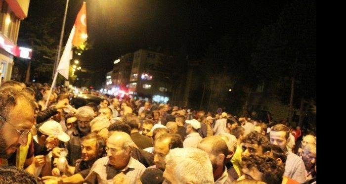 Muş'ta Kamu ve STK'lar Milli İrade nöbetindeki vatandaşlara ikramda bulundular
